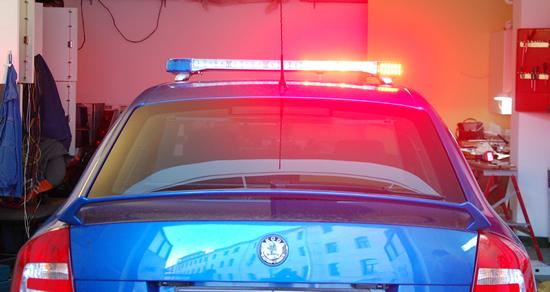 A megkülönböztető jelzés kék vagy piros és kék fény valamint hang egyidejű használata.