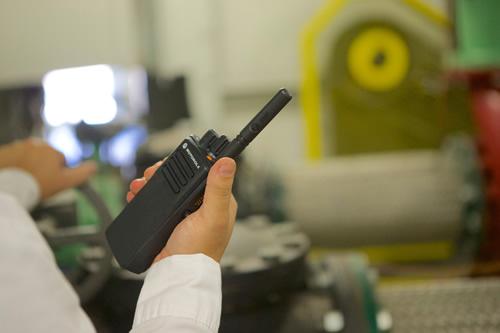 Motorola DP4400 URH rádió használat közben