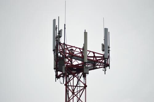 Az antennatornyokon jól láthatóak az elhelyezett villámfelfogó csúcsok.